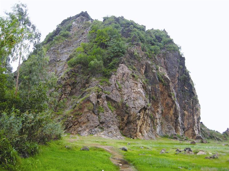 Khu vực lèn Vĩnh Tuy (Yên Thành, Nghệ An), nơi nhiều người từng đến xin nước thánh. Ảnh: Đ.Đăng