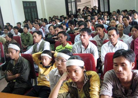 Hàng trăm người dân đến dự phiên tòa chiều 21/10. Ảnh: Trường Long.